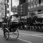 浅草の街をモノクロでスナップ写真を撮ると世界が変わる